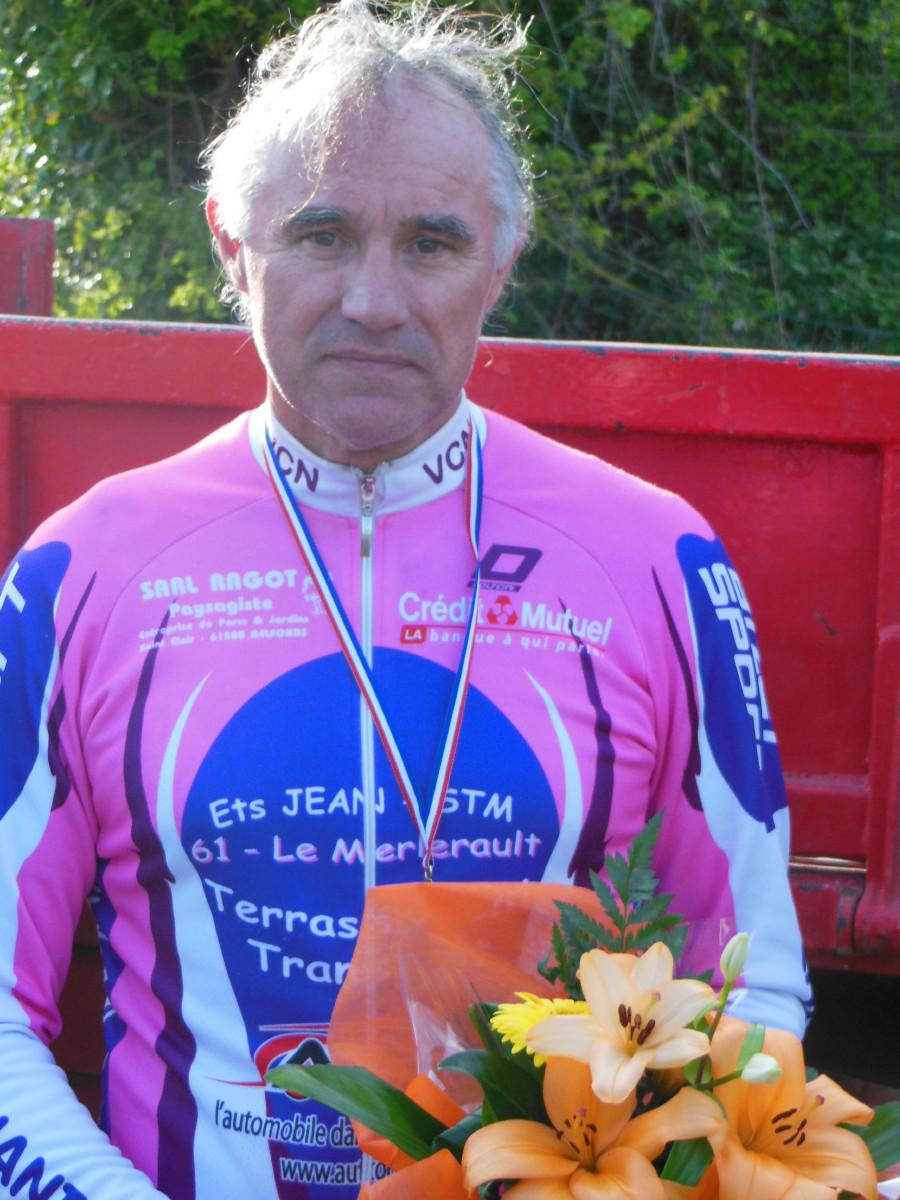 Denis a ramené le 1er titre au vélo club Nonantais pour la saison 2014. Il s'est échappé à 3 tours de l arrivéeavec 5 autres coureurs. Il finira 2éme...