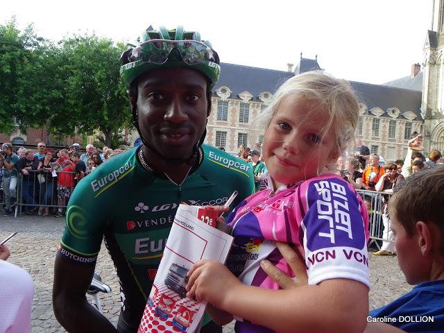 Margo DOLLION avec un des coureurs professionnel.