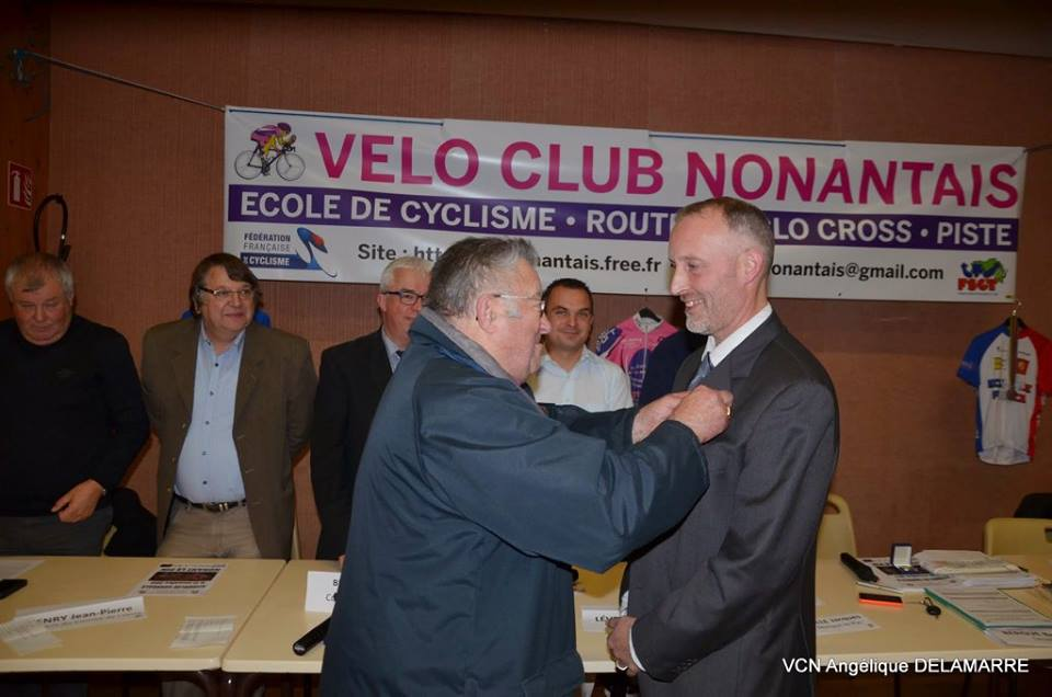 Le secrétaire a été doublement récompensé après avoir reçu la médaille FFC. Il a reçu par Marcel Blondeau la médaille de bronze de la Jeunesse et Sport pour son travail...